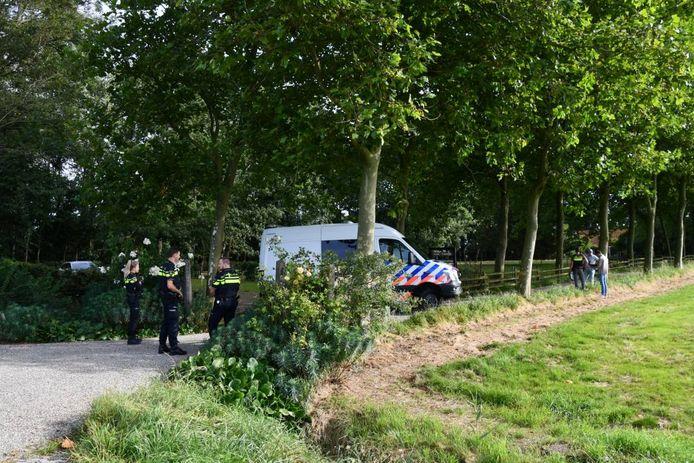 Politie-agenten op het erf van Tuin 't Hofje in Biggekerke