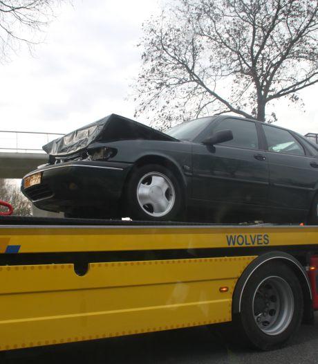 Automobilist remt te laat bij kruising in Zwolle en botst achterop voorganger