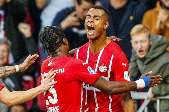 Cody Gakpo en Noni Madueke vieren de 3-0 van PSV tegen FC Midtjylland.