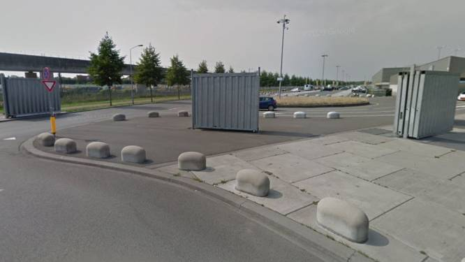 Zeecontainers naast Rat Verlegh Stadion tijdens NAC-FC Emmen: metalen schermen zijn niet veilig