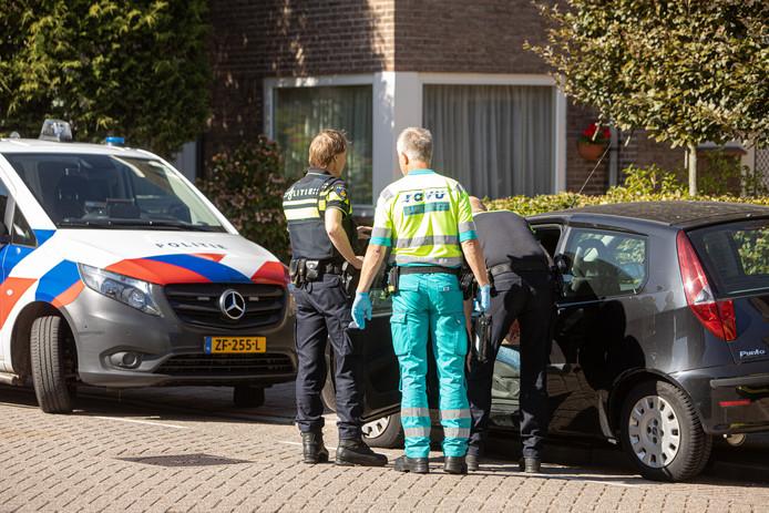 De politie trof in de Eemstraat in Baarn een man aan, die kennelijk zwaar onder invloed over het stuur van zijn auto hing.