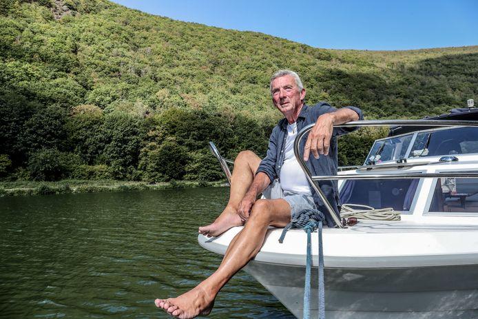 """Ward Hulselmans geniet op het water, in een vergeten Frans dorpje langs de Maas. """"Als kleine jongen verlangde ik er al naar om te varen. Nu kan ik mijn dromen eindelijk volgen."""""""