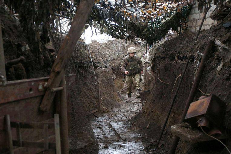 Een rustig moment in de loopgraven bij Gorlivka, de frontlinie van het Oekraïense leger met de door Rusland gesteunde separatisten in de regio Donetsk. Beeld AFP