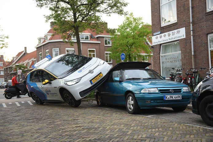 De lesauto eindigt op dak van een andere auto.