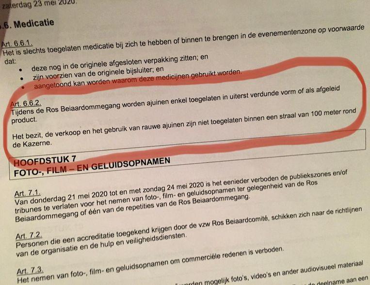 Volgens het nieuwe politiereglement van Dendermonde zijn de Aalstenaars - gekend onder de spotnaam 'Ajuinen' - niet welkom tijdens de ommegang. Als reactie dumpte een carnavalsgroep een zak van de gelijknamige groente bij het Ros Beiaard-beeld. Beeld RV