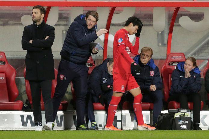 Een bepalend moment voor Keito Nakamura bij FC Twente:  hij is zwaar aangeslagen als hij vlak voor rust wordt gewisseld tegen Vitesse.