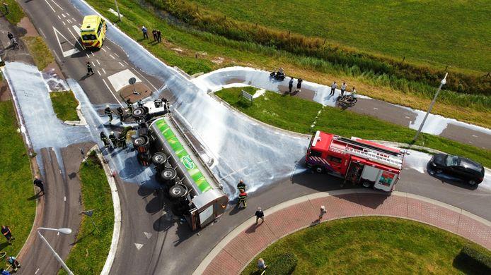 Vrachtwagen met melk gekanteld op rotonde in Broeksterwald.