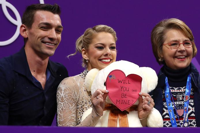 Alexa Scimeca Knierim houdt naast haar echtgenoot Chris Knierim een valentijnshartje omhoog.