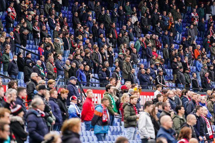 Fans van Feyenoord staan op tijdens een minuut stilte voor Willy van der Kuijlen.