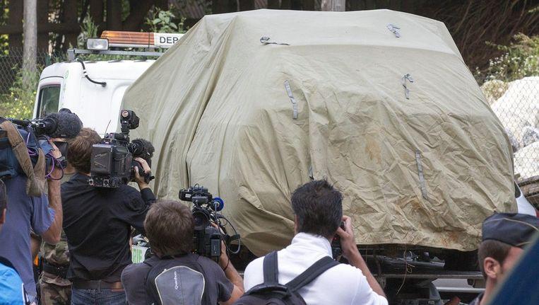 De auto van de slachtoffers wordt afgevoerd. Beeld epa