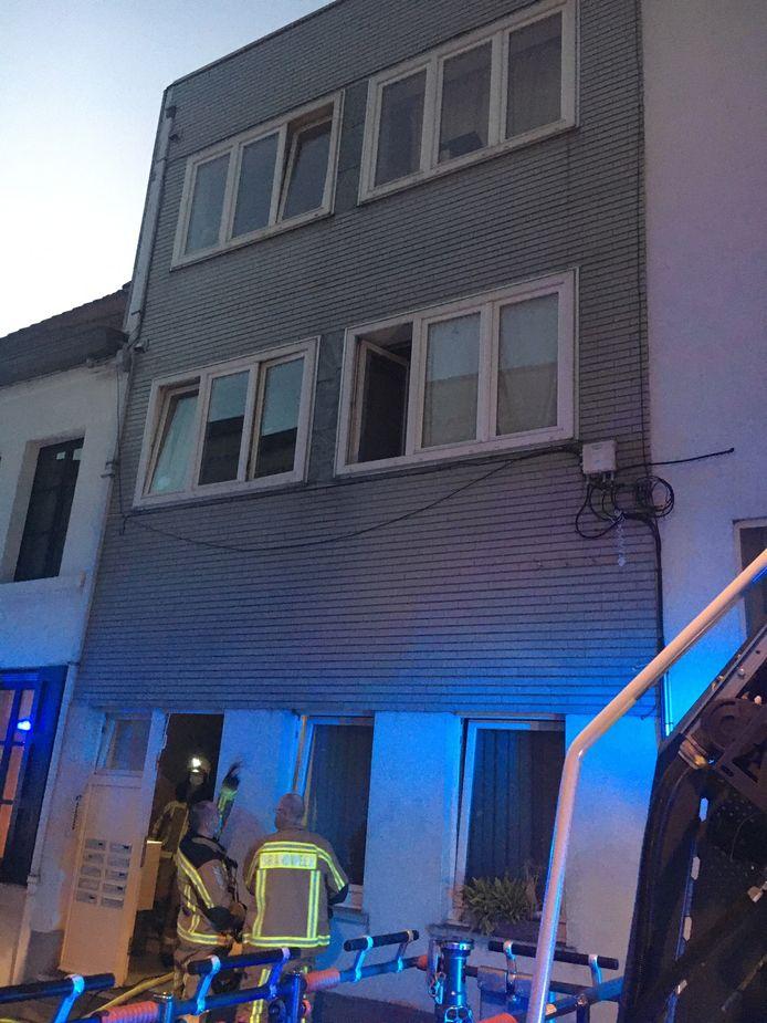 De brand woedde op een studio op de eerste verdieping in de Lange Brugstraat in Kortrijk.