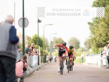 Marathonschaatsers op de fiets domineren Ronde van Oud-Vossemeer