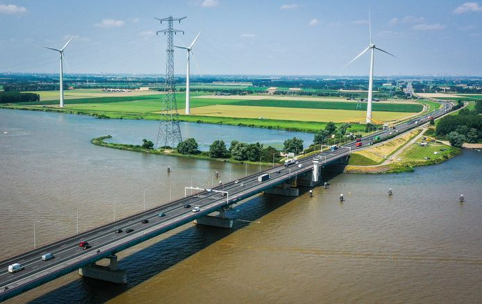 De maximumsnelheid op de Haringvlietbrug is vanaf volgende week 50 kilometer per uur en er gaan twee rijstroken dicht.