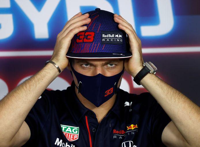 Max Verstappen tijdens de persconferentie in Hongarije.