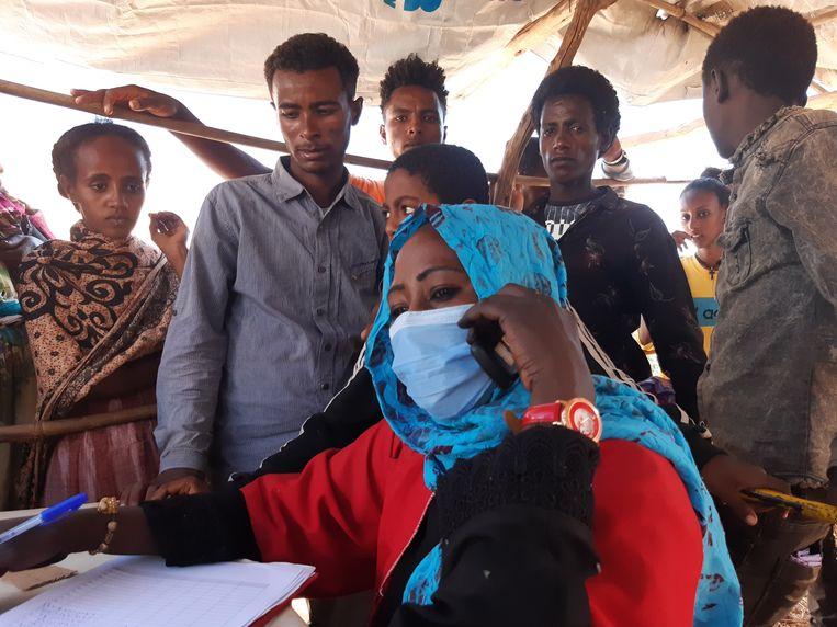 Fatima Khamee van de Rode Halvemaan probeert contact te leggen met familie van de vluchtelingen uit Ethiopië. Beeld Mark Schenkel