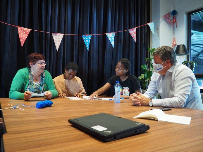 Een klas van zomerschool 'Talent krijgt zomerkans' in het stadion van KV Mechelen afgelopen zomer. Schepen Marina De Bie en Vlaams minister Bart Somers spraken tijdens een bezoek onder meer met twee zussen uit Mozambique, die hun Nederlands bijspijkeren.