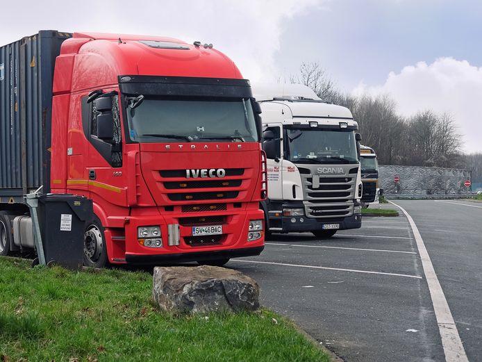 Oost-Europese vrachtwagens op parkeerplaats.