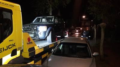 Dollemansrit Breda: Land Rover beschadigt zeker 10 auto's in wijk Zandberg, bestuurder vlucht