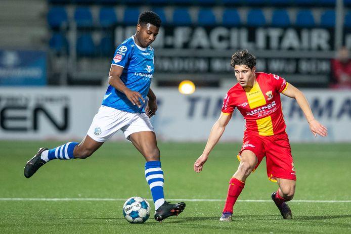 Dhoraso Moreo Klas eerder dit seizoen voor FC Den Bosch in actie tegen Go Ahead Eagles.