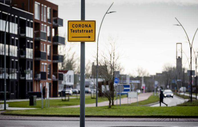 Wegwijzer naar de huidige coronateststraat in Dronten.