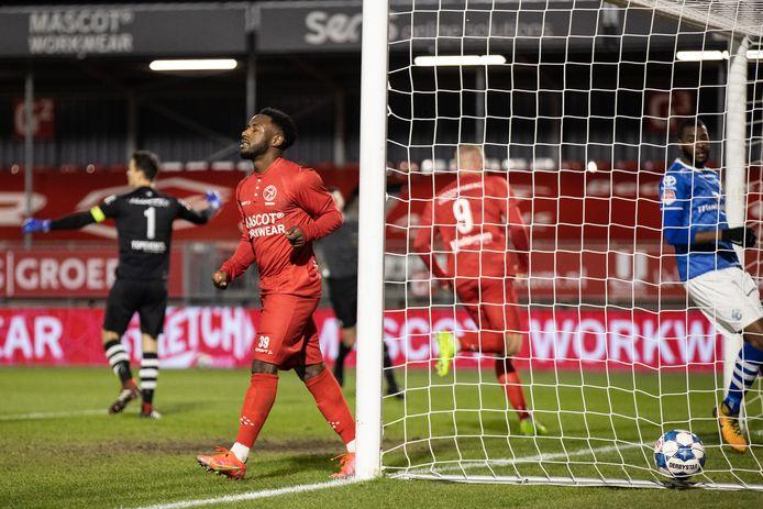 John Yeboah en Thomas Verheydt (rugnummer 9) vieren de 1-0 van Faris Hammouti (buiten beeld) voor Almere City. Links maakt FC Den Bosch-doelman Wouter van der Steen een machteloos gebaar, rechts kijkt Lorenzo Soares Fonseca verslagen hoe de bal in het Bossche doel ligt.