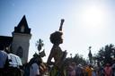 Danseres Prescylia Mae steekt haar vuist in de lucht tijdens een Juneteenth-viering dit jaar in het Amerikaanse Galveston, Texas.
