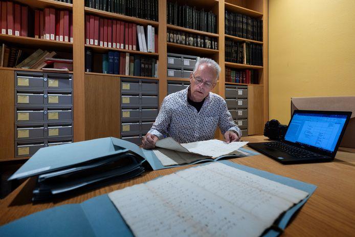 Ton Sliphorst, hier aan het werk in het Regionaal Historisch Centrum Eindhoven, gaat uitgebreid onderzoek doen naar de leefomstandigheden in het Veldhoven van vroeger.
