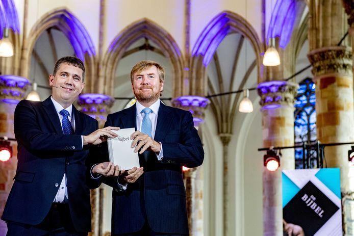 Koning Willem Alexander neemt in de Grote Kerk het eerste exemplaar van de NBV21, de vernieuwde Nieuwe Bijbelvertaling, in ontvangst.