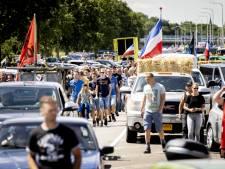 Leider actiegroep 'Nederland in Opstand' en vriendin opgepakt, betogers filmen arrestatie