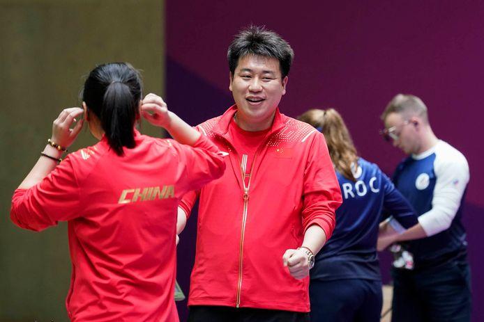 Pang Wei (r) won brons bij het luchtpistoolschieten.