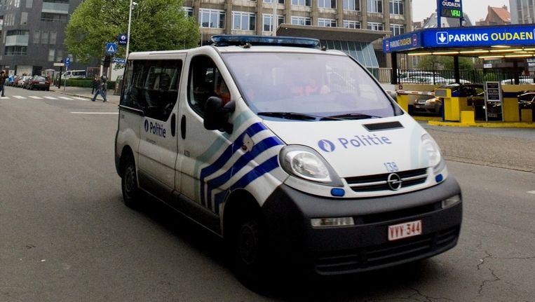 Een combi van de Antwerpse politie voor het politiekantoor aan de Oudaan. Beeld Klaas De Scheirder