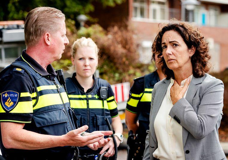 Burgermeester Femke Halsema bezoekt de Johan Huizingalaan in Slotervaart, waar in 2018 meerdere ondernemingen beschoten waren en granaten waren gelegd. Eén explosief was ontploft. Beeld Hollandse Hoogte /  ANP