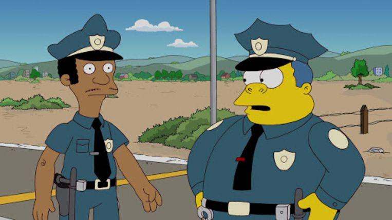 Onder meer de zwarte politieman Lou, hier met politiechef Wiggum, wordt niet langer door een blanke acteur vertolkt. Beeld rv