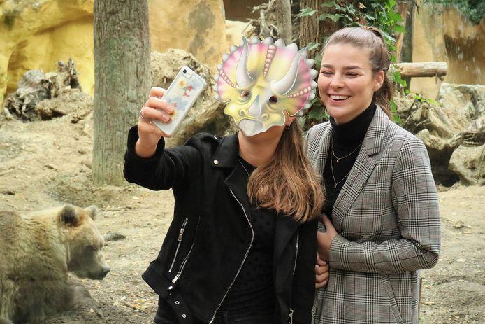DierenPark Amersfoort zet dinomaskers in voor privacy bezoekers