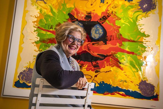 """Jos Bosch voor een door haar zelf gesmaakt schilderij. """"Zelf kunst maken is ook een hobby van mij."""""""