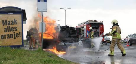 Auto brandt uit op Zwolse brug, blusser is net te laat