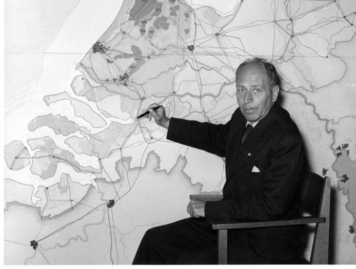 Johan van Veen tekent het Deltaplan.