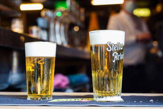 In café Den Engel vloeit het bier 's ochtends al rijkelijk.