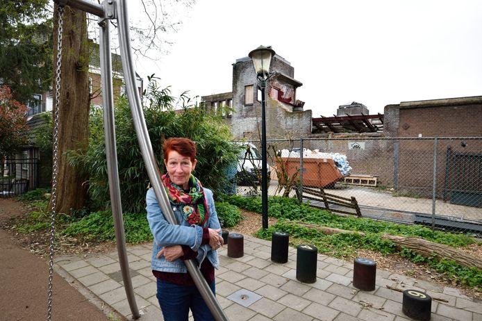 Bewoonster van het Clarissenhof Els Francissen met op de achtergrond het terrein met daarop de resten van de Turfmarktkerk.