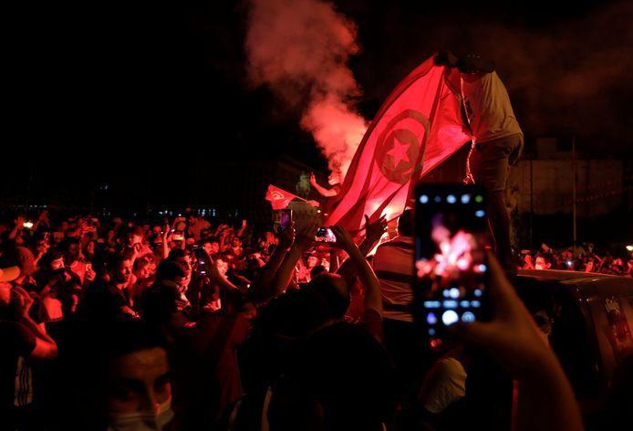 Aanhangers van president Kais Saied zondagavond in de straten van Tunis.