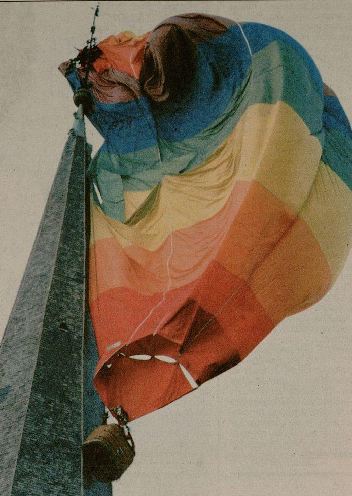 Op 9 juni 1996 botste er een heteluchtballon tegen de Sint-Jacobskerk in Gent. De drie inzittenden kwamen met de schrik vrij, maar de schade aan de toren was aanzienlijk.