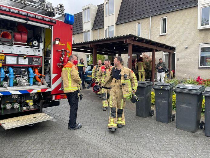 Brandweer voert controle uit bij brand in spouw en kruipruimte van woning in Eindhoven.