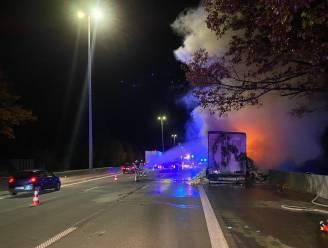 Oplegger met wol in lichterlaaie op E40 in Affligem: snelweg even afgesloten