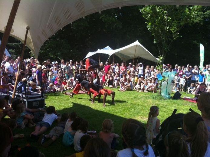 De toeschouwers kijken op de tweede dag van Music Meeting naar de acrobaten. Foto: Jacqueline de Bekker/DG