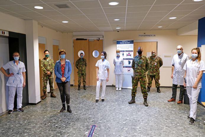 Vier militaire zorgverleners springen bij op de tijdelijke non-covid-verpleegafdeling in Voorburg.