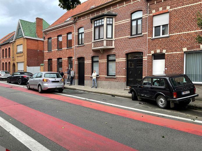 De Volkswagen Polo botste tegen drie geparkeerde voertuigen in Hulste