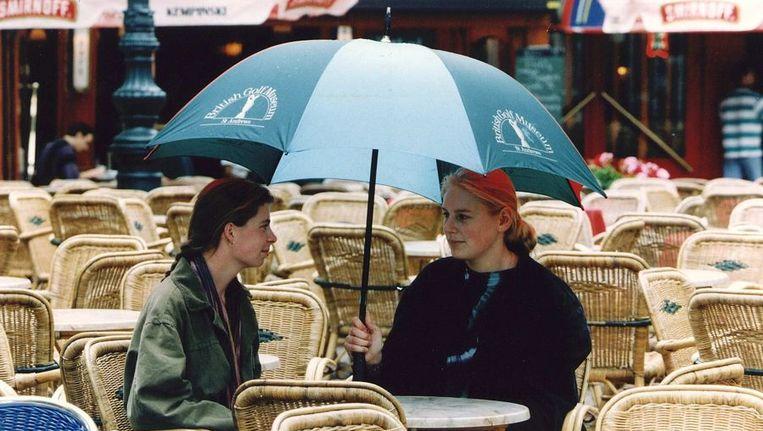 Een paraplu is een gedeelte van Nederland vanavond geen overbodige luxe. Beeld ANP