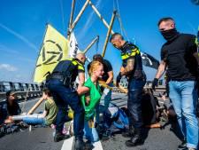 Politie grijpt in en beëindigt klimaatprotest bij Shell-Pernis, 24 actievoerders aangehouden