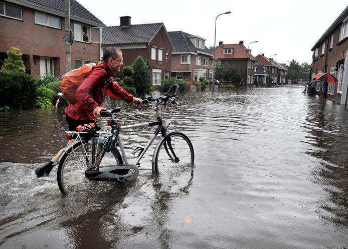 Bij extreme regenbuien was er vaak sprake van wateroverlast aan de Prossinkhof. Inmiddels heeft de gemeente een aantal maatregelen genomen die dit probleem moeten verminderen.
