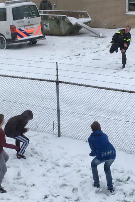 Leukste pauze van het jaar: kinderen bekogelen agenten met sneeuwballen